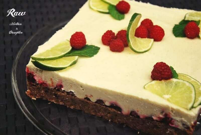 raw limektová torta s malinami
