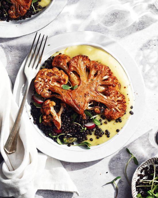 Karfiolový steak s údenou paprikou a čiernou šošovicou